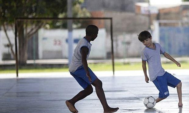 11χρονος από τη Βραζιλία χωρίς πέλματα, άσος στο ποδόσφαιρο (video)