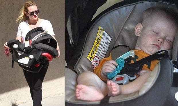 Η Hillary Duff με τον κοιμισμένο γιο της σε βόλτα!