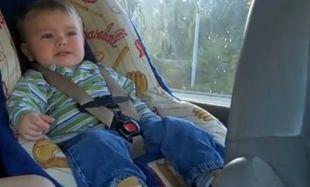Βίντεο: Μπέμπης χορεύει στο καθισματάκι του αυτοκινήτου!