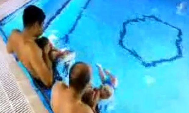 Βίντεο: Δείτε πώς μπορείτε να μάθετε το νεογέννητό μωρό σας να κολυμπάει στο νερό!