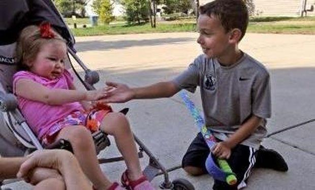 Απίθανος 8χρονος έδωσε τα λεφτά του για την θεραπεία της κόρης του γείτονα του
