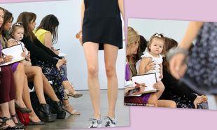 Η Harper Beckham σχολιάζει τα ρούχα των μοντέλων στην πασαρέλα!