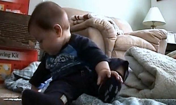 Βίντεο: Γελάει ασταμάτητα και πέφτει όποτε του λέει ο μπαμπάς όχι!