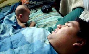 Απίθανο βίντεο: Μωρό τρομάζει από το ροχαλητό του μπαμπά του