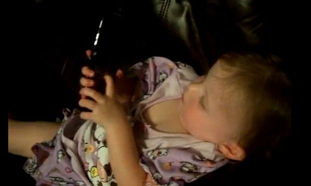 Βίντεο: Μωρό μιλά με τον μπαμπά του στο τηλέφωνο!