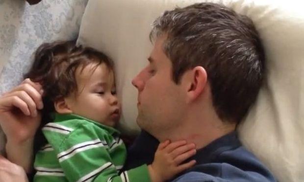 Βίντεο: Κοιμάται ο μπαμπάς, κοιμάται και το μωρό!