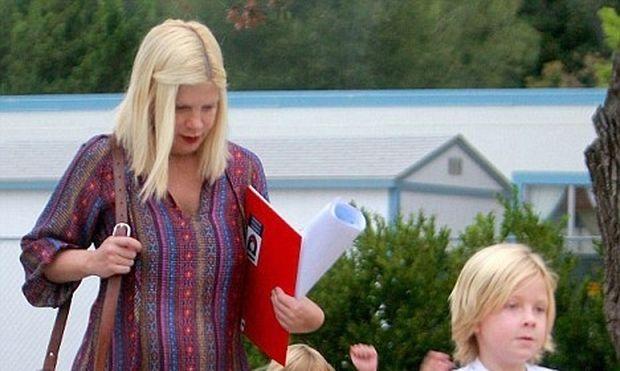 Tori Spelling: «Ανεβάζει» βίντεο με το γιο της από το νοσοκομείο