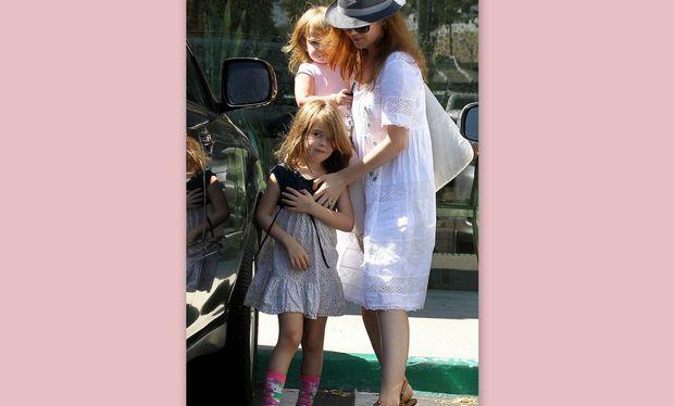 Isla Fisher: Με τις κόρες για… παγωμένο γιαούρτι!