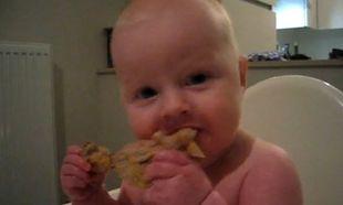 Βίντεο: «Μμμ… λατρεύω το κοτόπουλο»