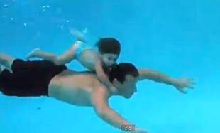 20 μηνών μωρό κρατά την αναπνοή του κάτω από το νερό!