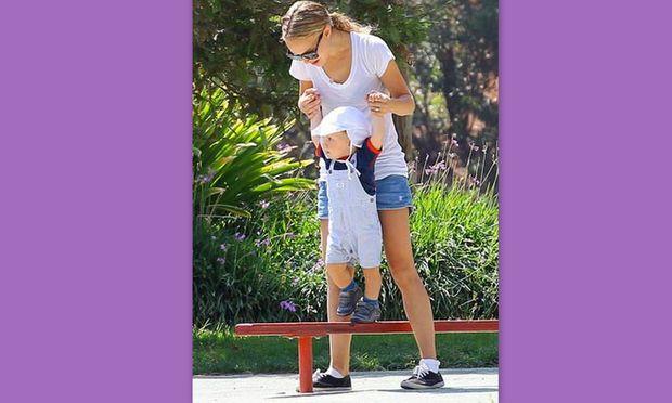 Τα πρώτα βηματάκια του γιου της Natalie Portman!
