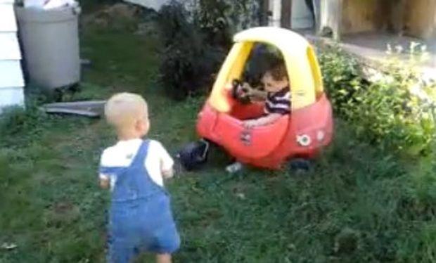 Απίθανο βίντεο: Τσακώνονται για ένα… αυτοκίνητο!