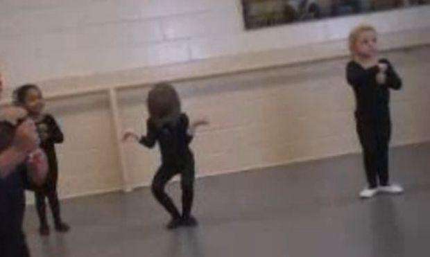 Βίντεο: Δείτε ένα κοριτσάκι στα πρώτα μαθήματα του μπαλέτου και στο πρώτο της ρεσιτάλ!