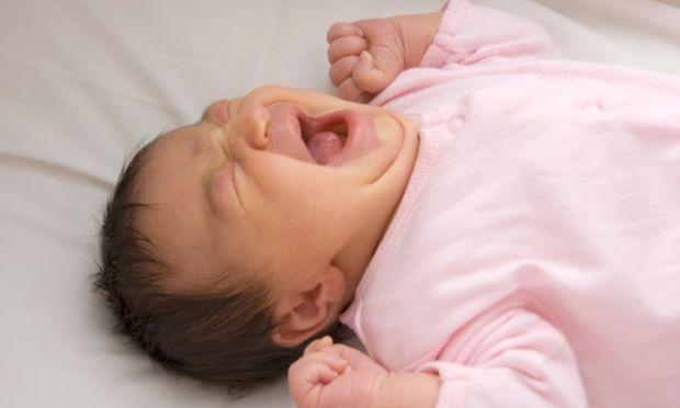 Τι μπορεί να φταίει και το μωρό μου ξυπνάει κλαίγοντας το βράδυ;