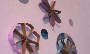 Φτιάξτε διακοσμητικά λουλούδια για τον τοίχο