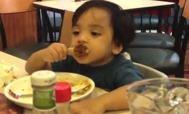 Βίντεο: Παλεύει να μείνει ξύπνιος ενώ τρώει κοτόπουλο!