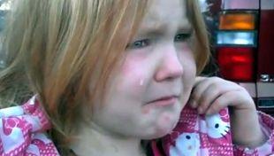 Ο Ομπάμα και ο Ρόμνεϊ κάνουν μια πιτσιρίκα να κλαίει με λυγμούς!
