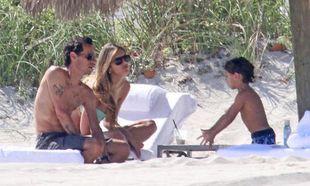 Marc Anthony: Παιχνίδια στην παραλία με τα δίδυμα και τη νέα του σύντροφο