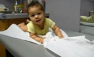 Βίντεο: Μωρό τα κάνει... μαντάρα στο ιατρείο του παιδιάτρου...