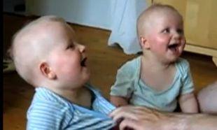 Δίδυμα γελάνε ασταμάτητα με τους ήχους του μπαμπά τους!