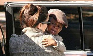 Η Sandra Bullock παρηγορεί τον μικρό Louis