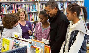 Ο Barack Obama αγοράζει βιβλία με τις κόρες του