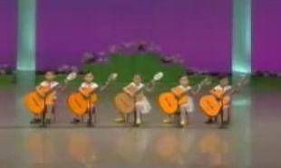 Βίντεο: Απίθανα πιτσιρίκια παίζουν κιθάρα!