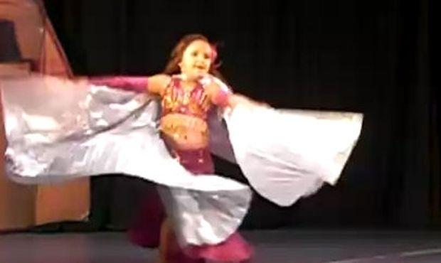 Βίντεο: Απίστευτο κοριτσάκι μόλις πέντε χρονών χορεύει τον χορό της κοιλιάς!