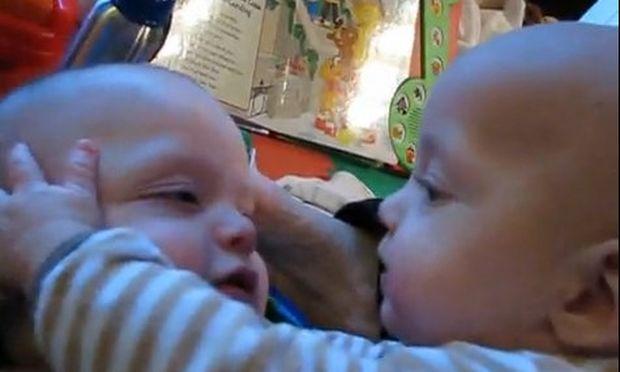 Βίντεο: «Αδερφούλη μου… άσε με να σε αγκαλιάσω…»