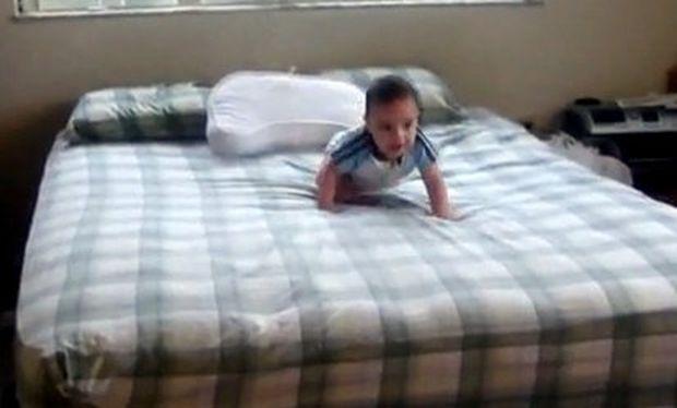 Βίντεο: Δείτε πώς ένα αγοράκι οκτώ μηνών κατεβαίνει από ένα κρεβάτι χωρίς να χτυπήσει!