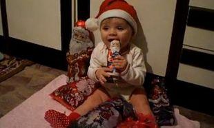 Αυτός είναι ο πιο γλυκός «χριστουγεννιάτικος» μπέμπης που έχετε δει! (video)
