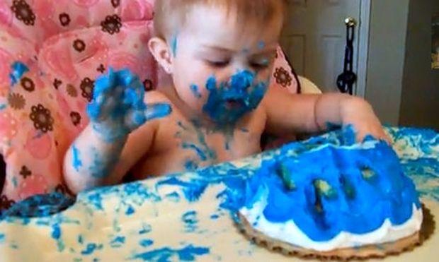 Απίθανο βίντεο: Έγινε… μπλε από την τούρτα του!