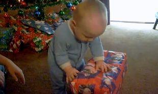 Βίντεο: Ανοίγει το χριστουγεννιάτικο δώρο του και τρώει το…
