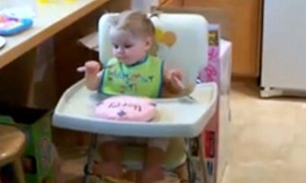 Βίντεο: Πιτσιρίκα τρώει λαίμαργα την τούρτα των πρώτων γενεθλίων της!