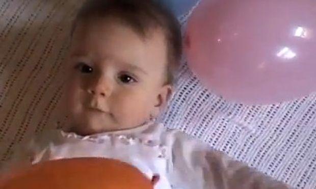 Τρυφερό βίντεο: Μωρό χαμογελά παίζοντας με τα μπαλόνια!
