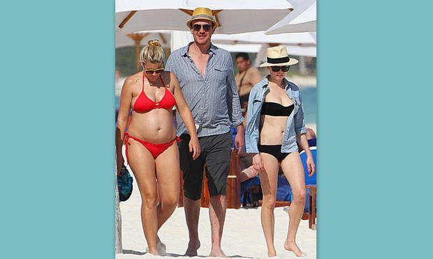 Busy Phillipps: Με φουσκωμένη την κοιλίτσα στην παραλία