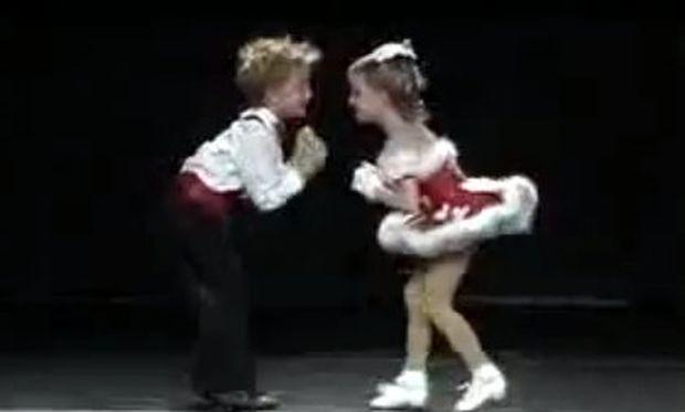 Βίντεο: Τα 5χρονα δίδυμα που τρελαίνουν με τον χορό τους!