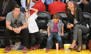 Mark Wahlberg: Μπαμπάς και γιοι φόρεσαν τα ίδια παπούτσια!