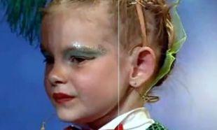 Βίντεο: Ποιος διάσημος έκανε την πιτσιρίκα να βάλει τα κλάματα;