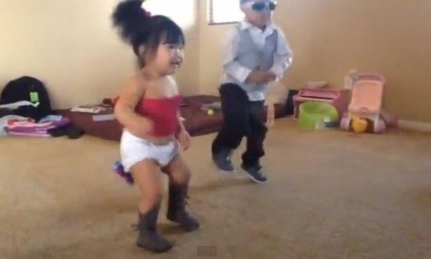Το ρίχνουν στο Gangnam Style με άψογο look!