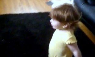 Απολαυστικό Βίντεο: Είναι 15 μηνών και βάζει τον μπαμπά της στη θέση του!