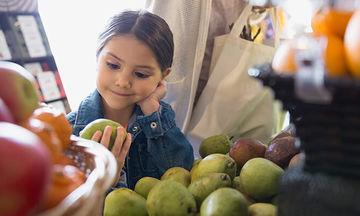 Δυσκοιλιότητα στα παιδιά: Από τι προκαλείται και ποιες τροφές βοηθούν;