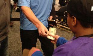 Τραυματισμένος σταρ του football έδωσε 100 δολάρια για μια λεμονάδα στο Super Bowl!