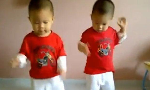 Βίντεο: Τα απίθανα δίδυμα που χορεύουν gangnam style