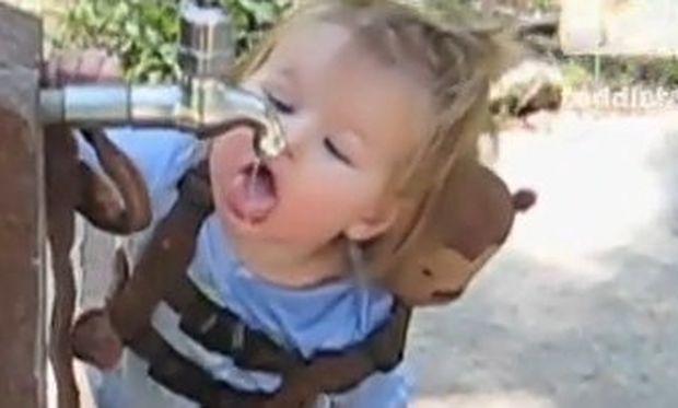 Βίντεο: Η μικρή προσπαθεί να πιει νερό γιατί διψάει αλλά…