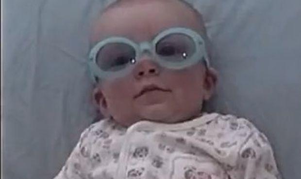 Βίντεο: Η πιτσιρίκα που έχει μάτια μόνο για τον μπαμπά της!