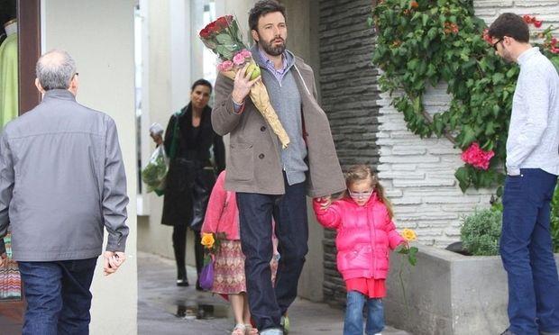 Ο Ben Affleck συμβουλεύεται τις κόρες του τι λουλούδια να πάρει στην μαμά Jennifer Garner!