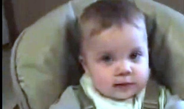 Βίντεο: Ο μπαμπάς του μαθαίνει το 'ντάντα' και ο μικρός λέει 'μάμα'!