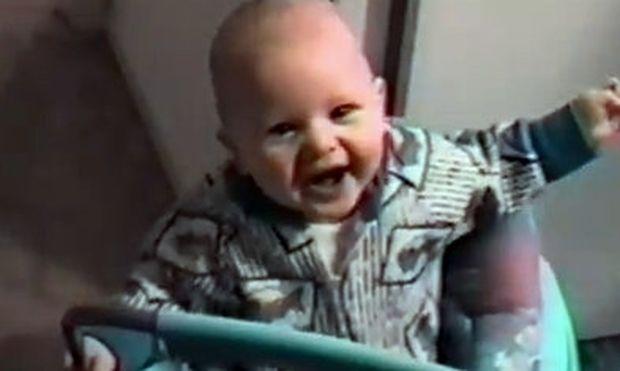 Βίντεο: Ο μπαμπάς κάνει γαργάρες και ο μικρός… ξεκαρδίζεται!
