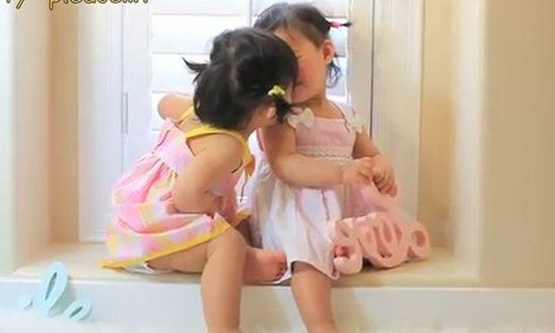 Βίντεο: Οι πιο αγαπημένες δίδυμες και το γλυκό φιλί τους!